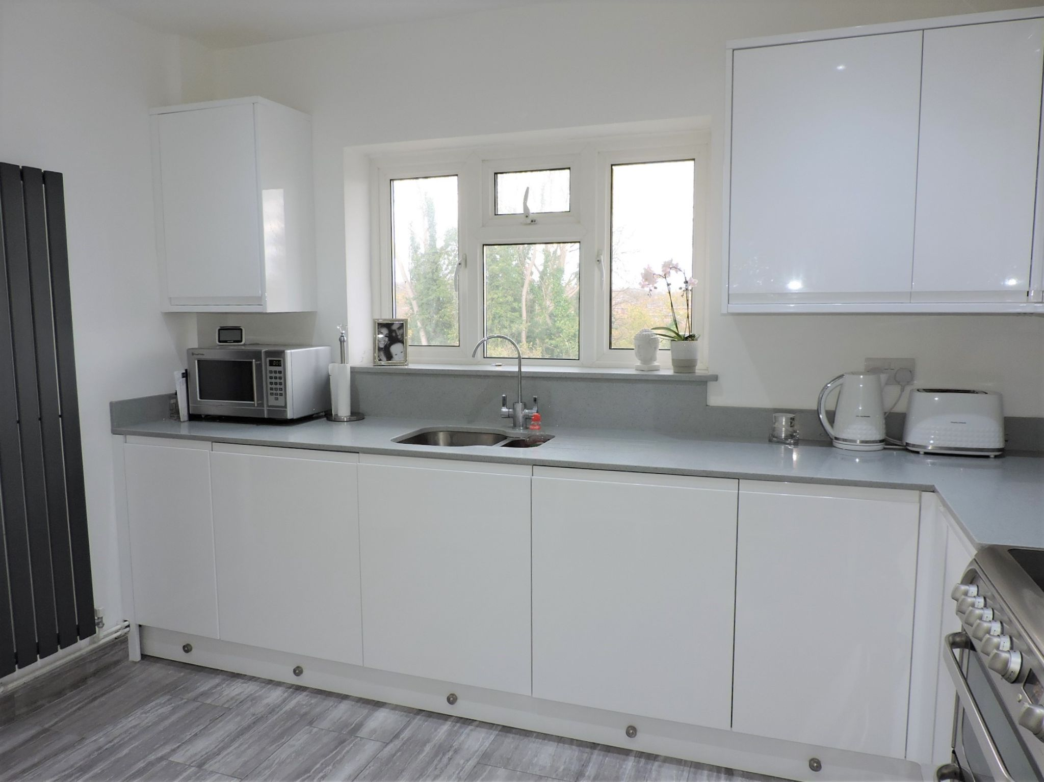 2 bedroom flat flat/apartment Sale Agreed in Epsom - Photograph 8