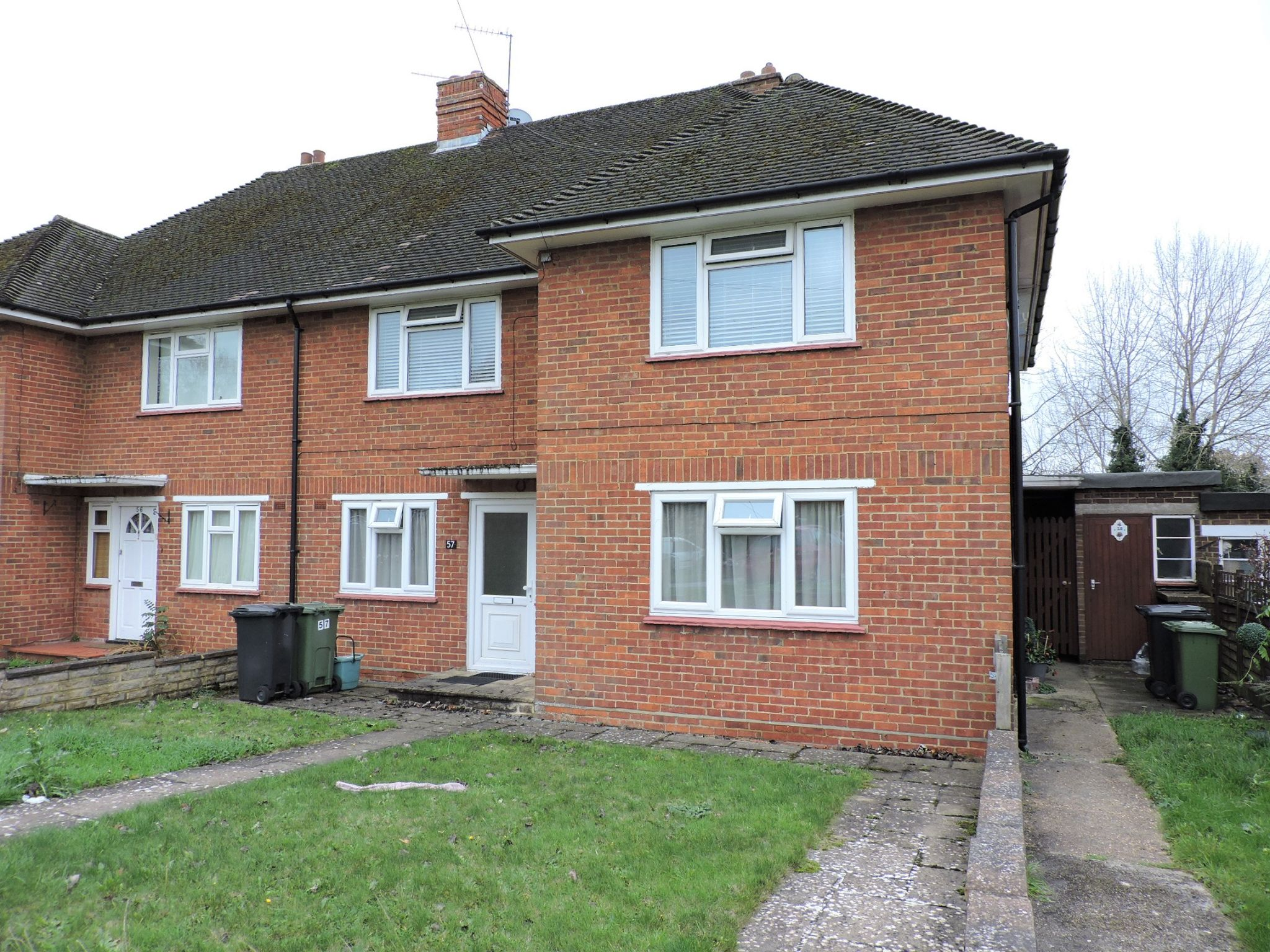 2 bedroom flat flat/apartment Sale Agreed in Epsom - Photograph 1