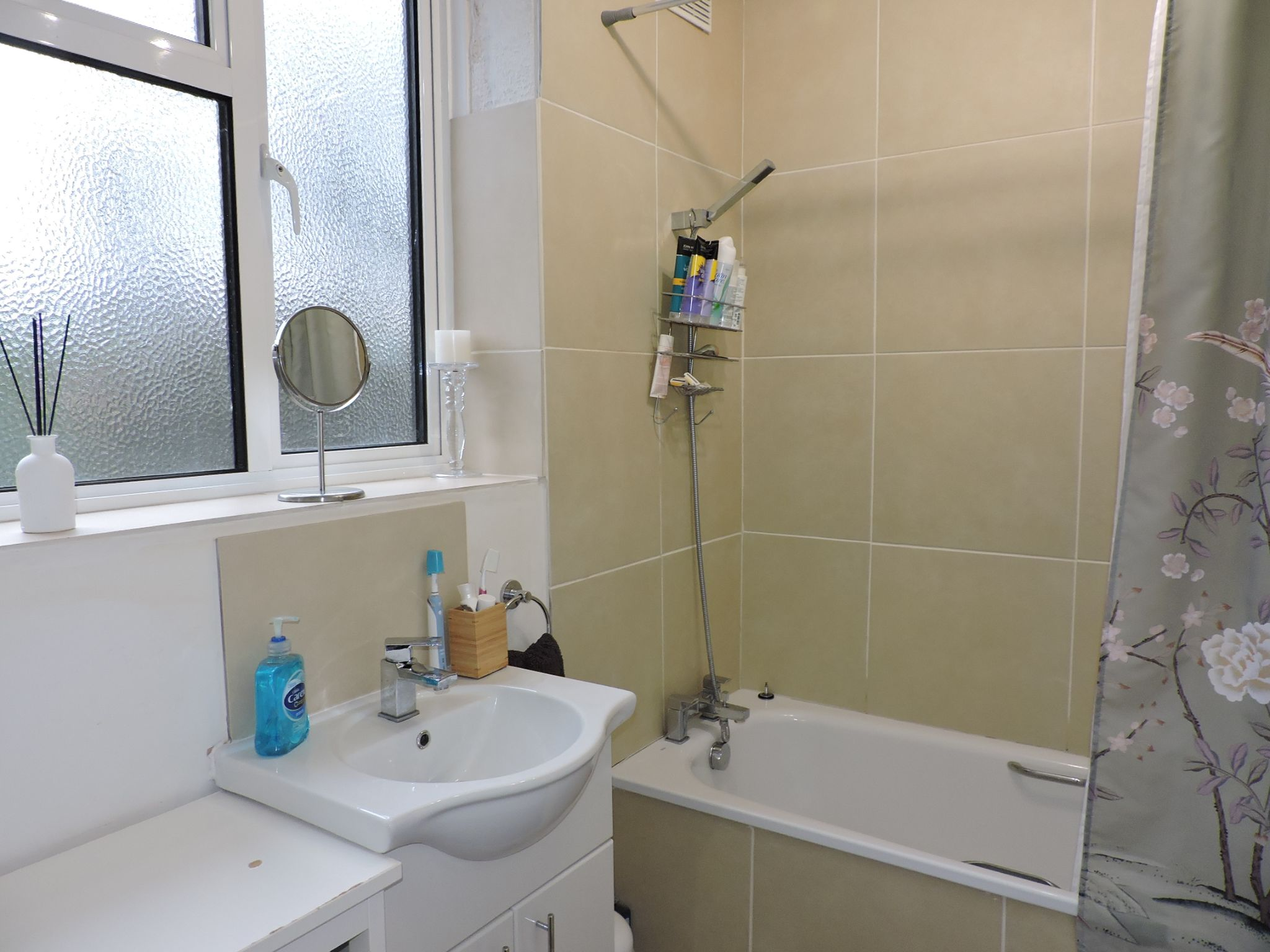 2 bedroom flat flat/apartment For Sale in Surbiton - Photograph 13
