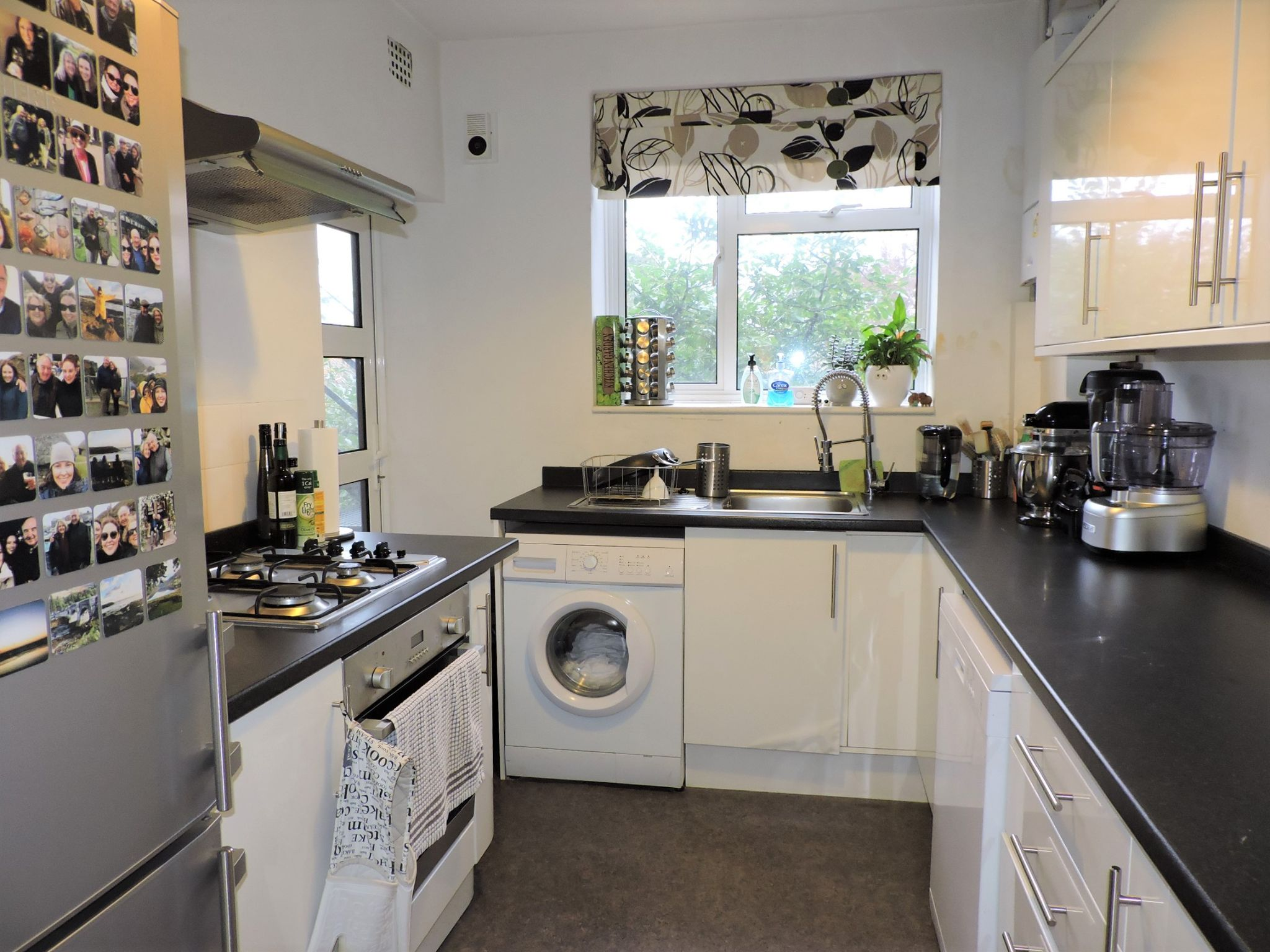 2 bedroom flat flat/apartment For Sale in Surbiton - Photograph 6