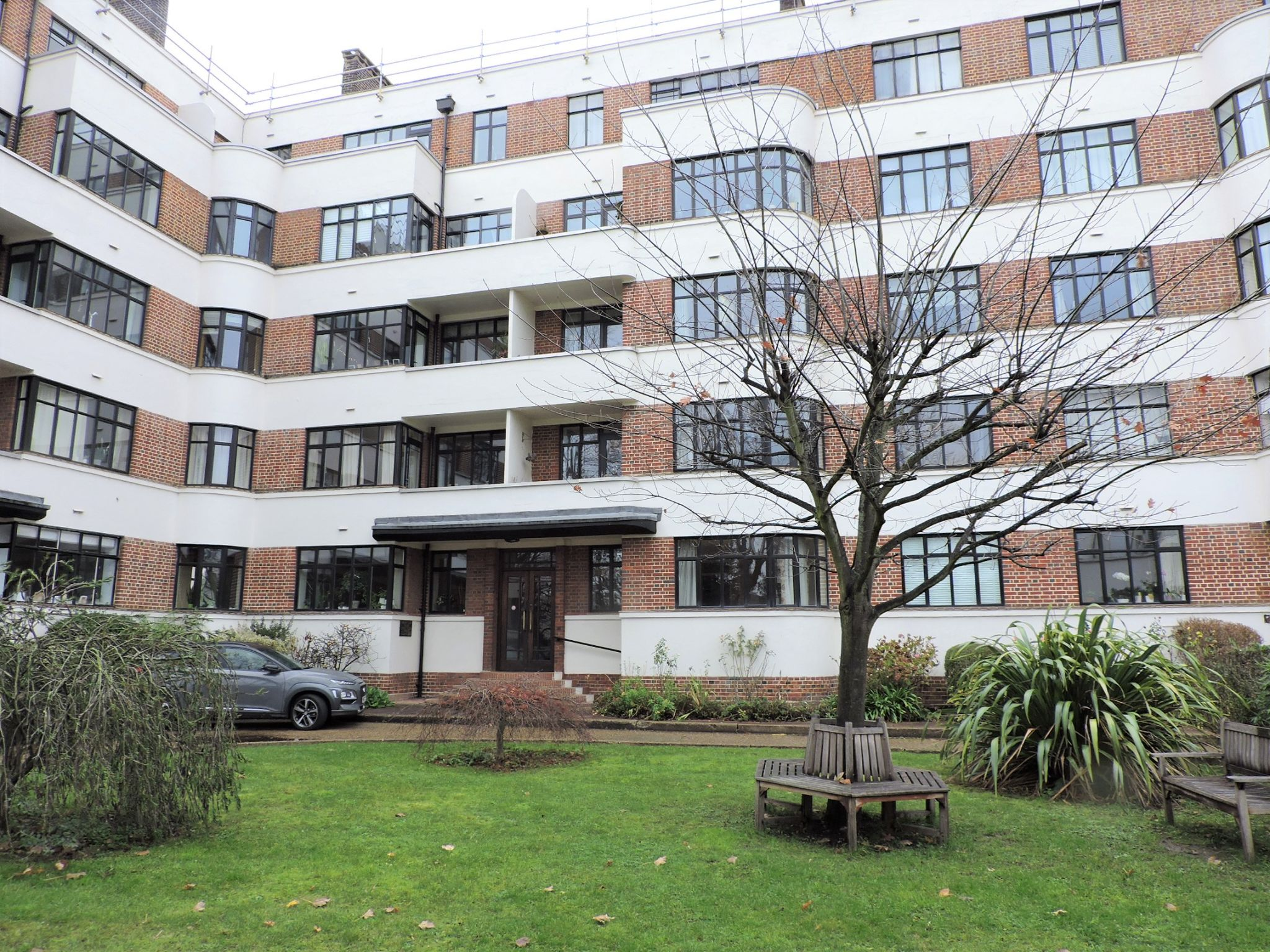 2 bedroom flat flat/apartment For Sale in Surbiton - Photograph 14