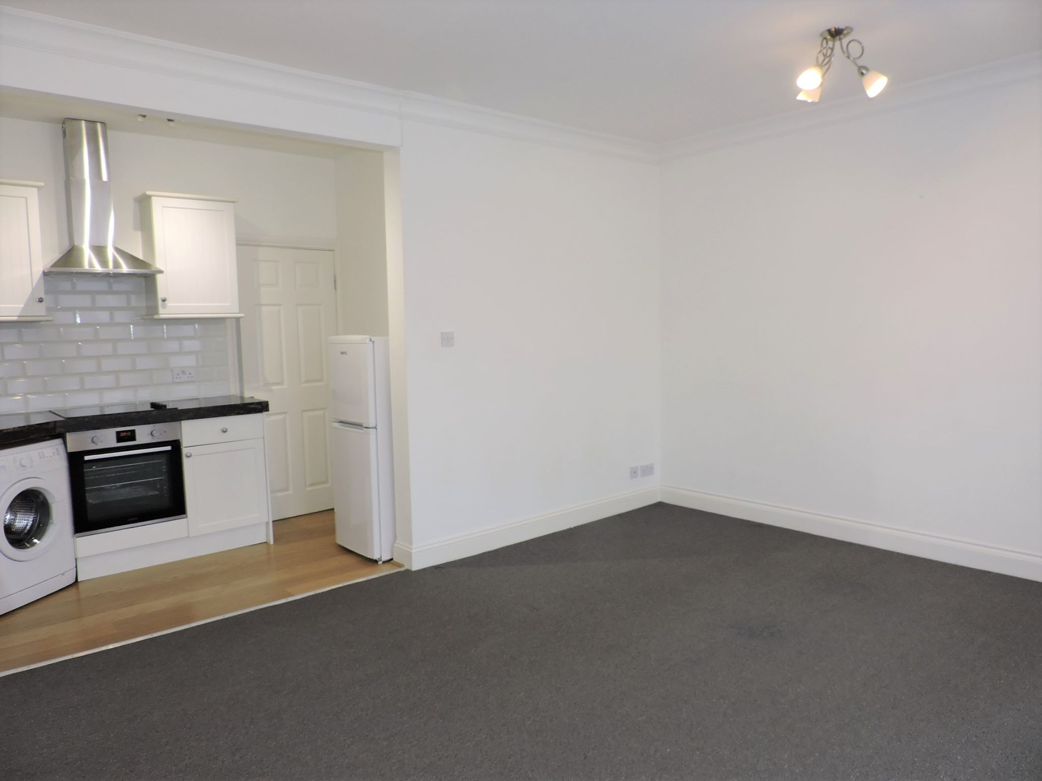 1 bedroom flat flat/apartment Let in New Malden - Photograph 4