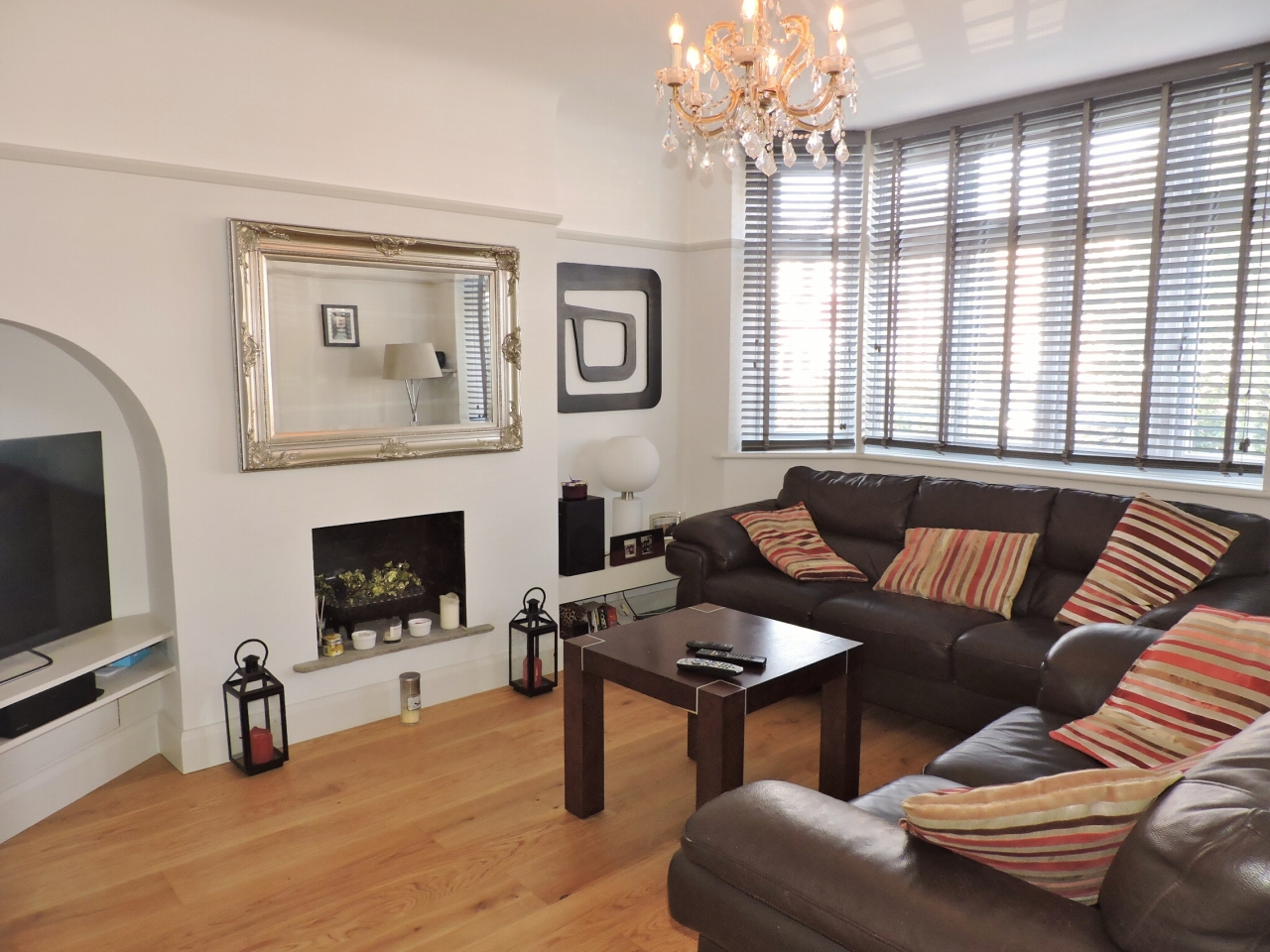 3 bedroom semi-detached house Sold in New Malden - Photograph 3