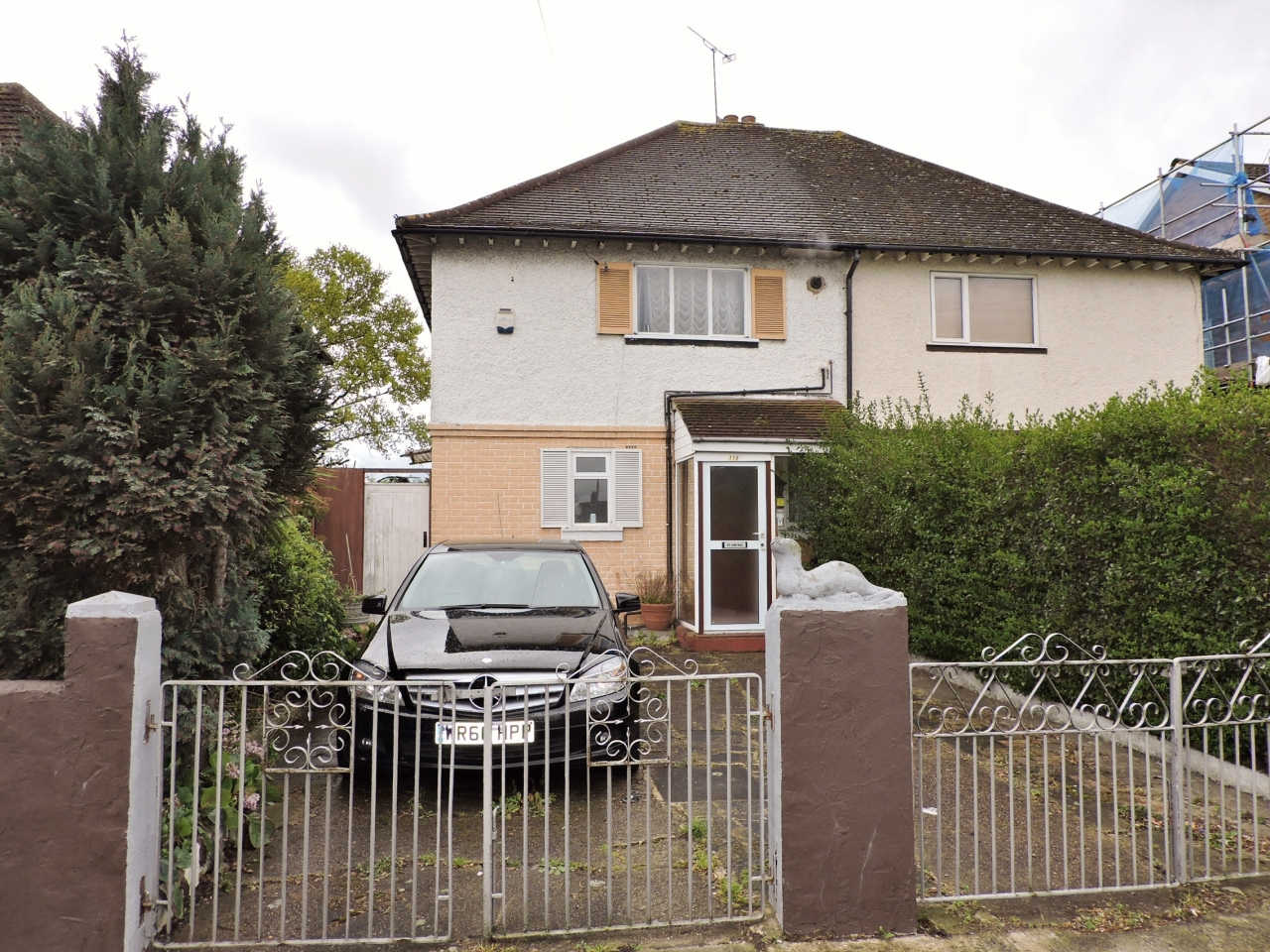 3 bedroom semi-detached house For Sale in New Malden - Property photograph