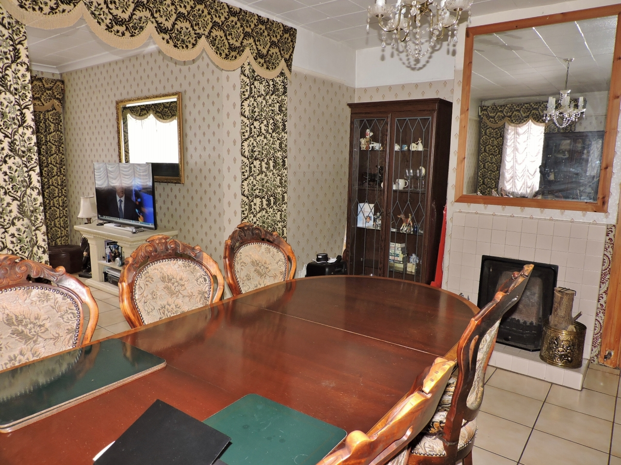 3 bedroom semi-detached house Sold in New Malden - Photograph 4