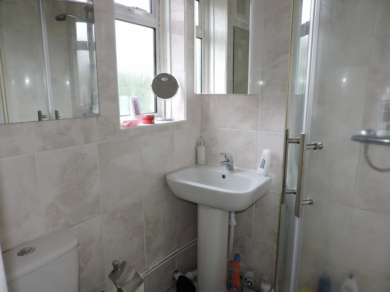 3 bedroom semi-detached house Sold in New Malden - Photograph 7