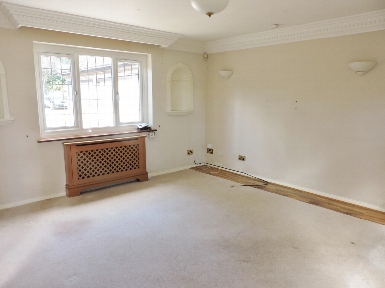 2 bedroom detached bungalow To Let in Kingston Upon Thames - Property photograph