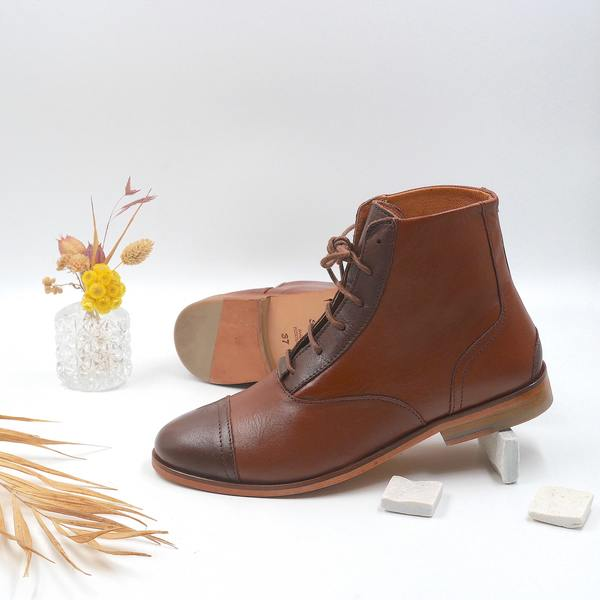 photo Mama Chestnut Brown and dark-brown boots