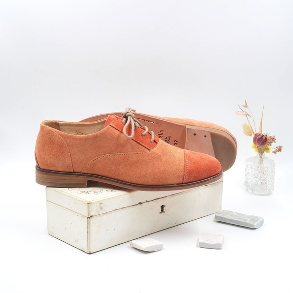 photo Coralie Salmon and coral suede derbies