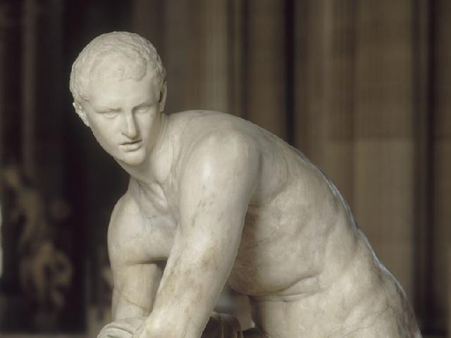 Hermes si allaccia il suo sandalo
