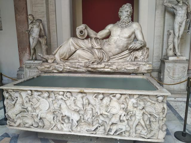 Estatua de Río (Tigris o Arno) y sarcófago con Amazonomaquia.