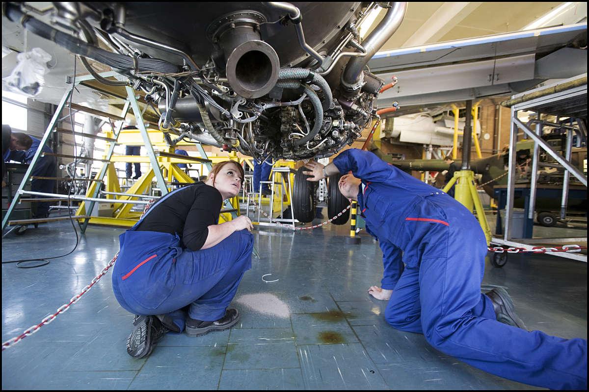 Aerospace monteurs onder vleugel Fotograaf Joep Lennarts
