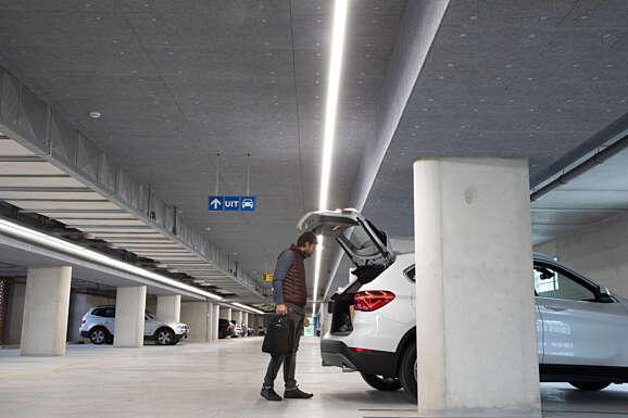 Rsz the y man bij zijn auto in parkeergarage