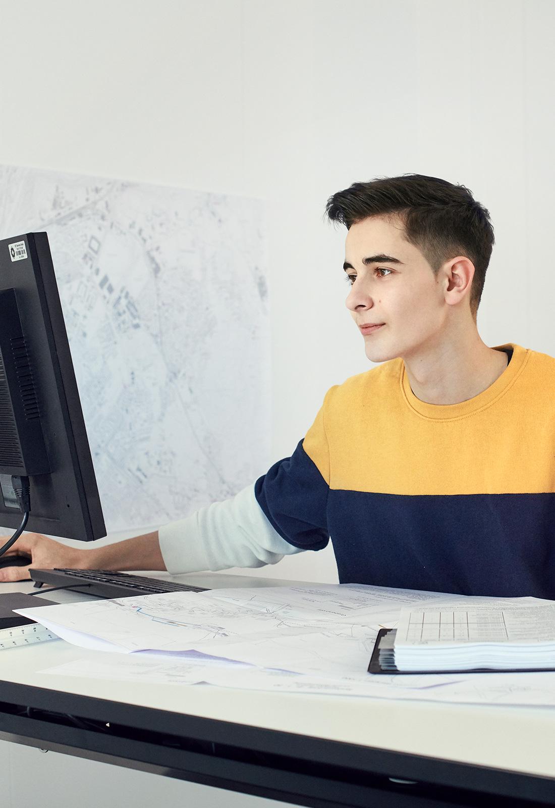 Ein junger Mann vor einem Bildschirm