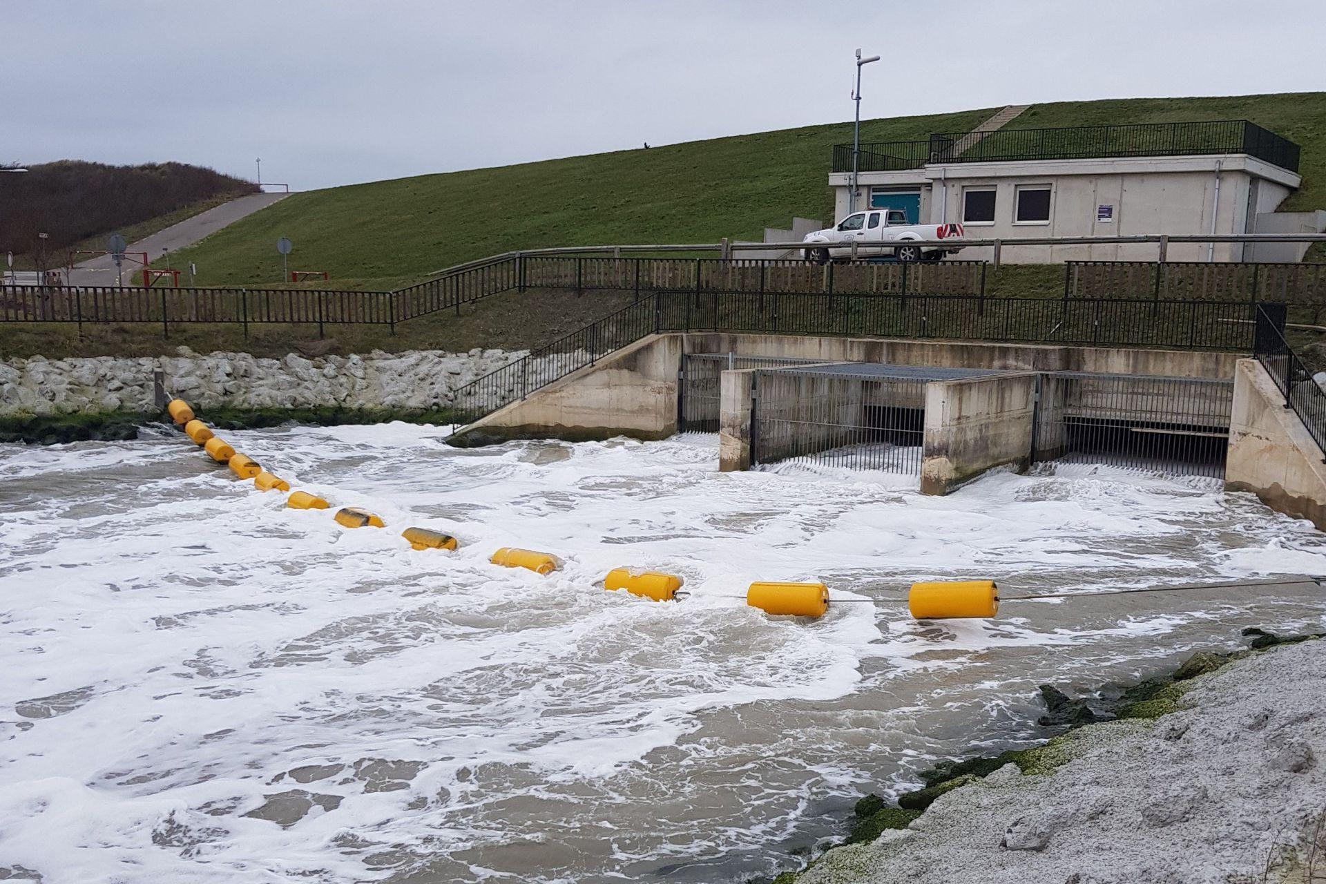 Getijdenduiker stromend water inlaatkreek