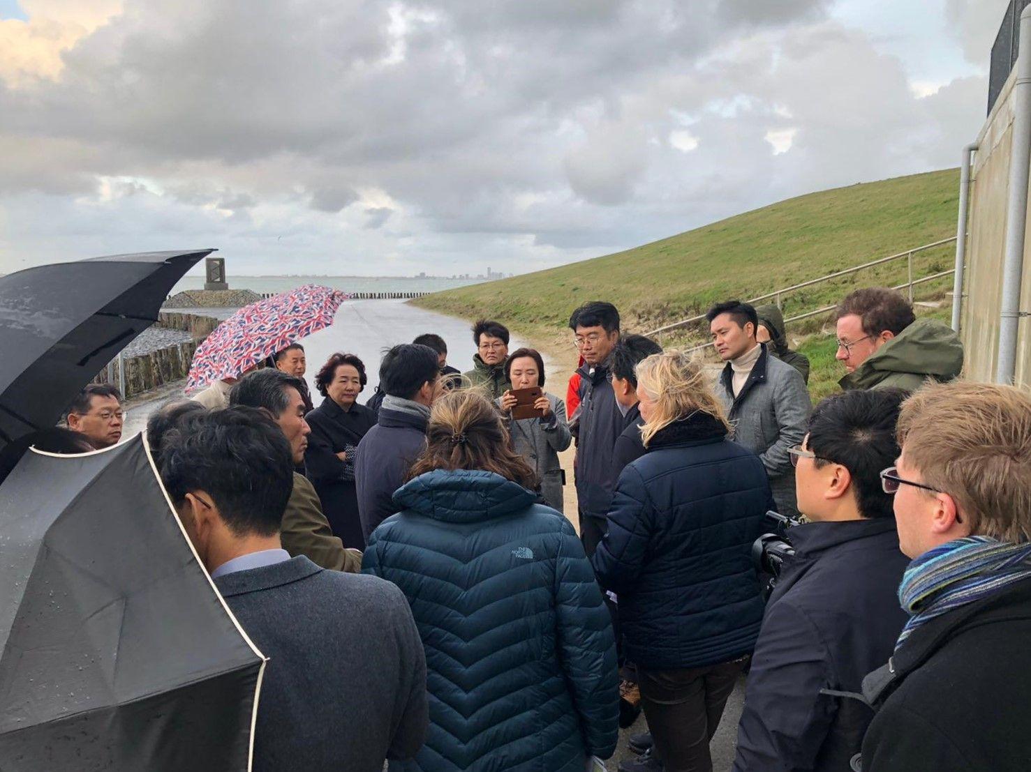 Delegatie Korea krijgt uitleg bij Getijdenduiker