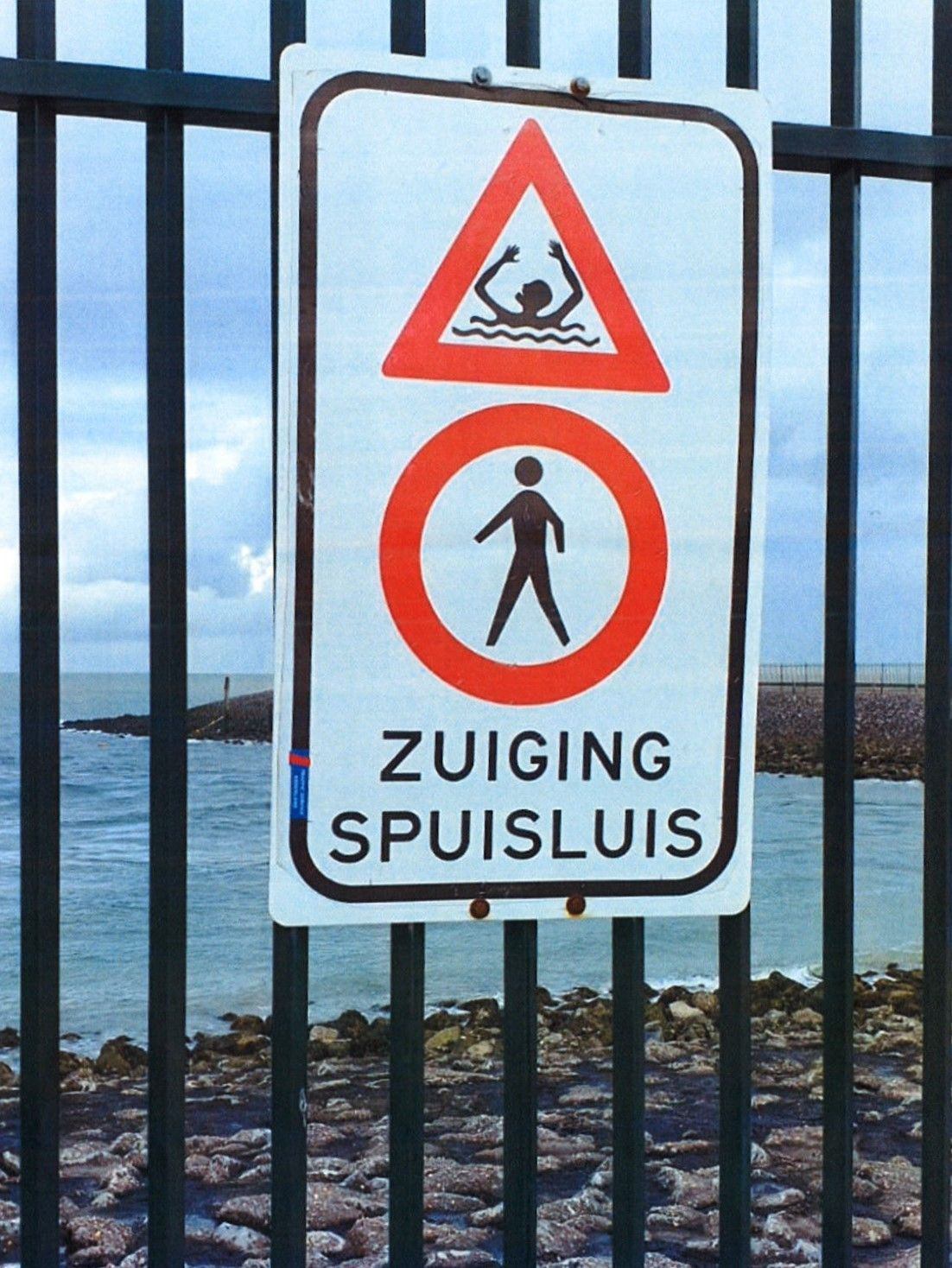 Hek met waarschuwingsbord