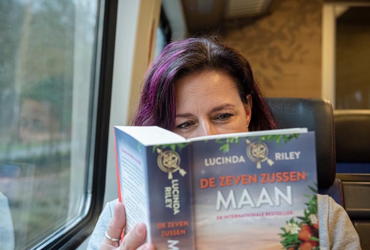 NS vrouw lezen in trein