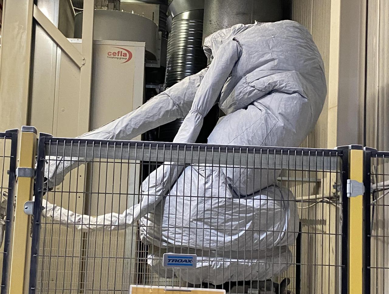 Solide tradisjoner, tidløs kvalitet, dedikerte medarbeidere og moderne teknikk har skapt grunnlaget for at Norgesvinduet Svenningdal har blitt en suksess-bedrift. Her er en robot i full gang med overflatearbeid.