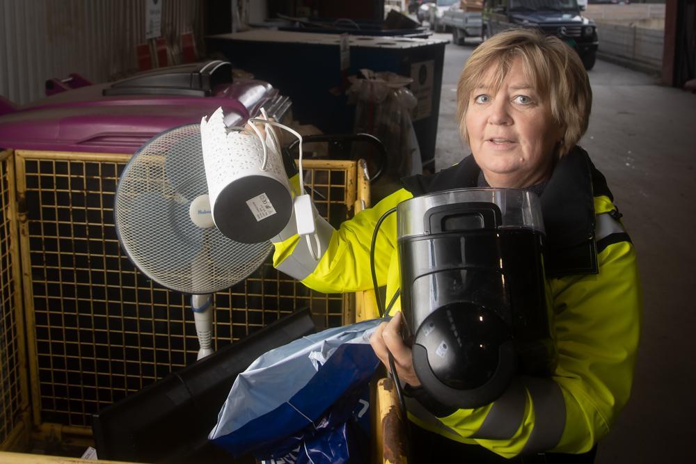 VIKTIG SORTERING: – Skal vi alle kunne være med på å skape et bedre miljø, er det viktig at vi sorterer avfallet så nøye som mulig. Blant annet ved å sørge for at elektriske artikler blir lagt på rett plass, sier Toril Haltbrekken.