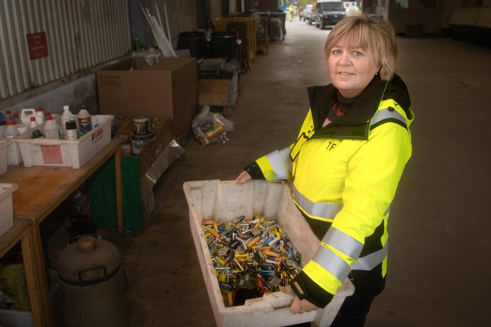 BRANNFARLIG: – Selv små batterier kan skape store branner hvis de kommer inn på feil sted på et avfallsanlegg, sier Torill Haltbrekken