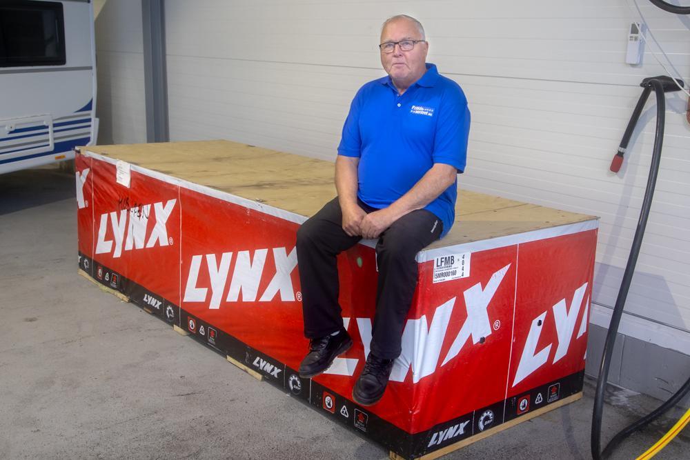 KLAR FOR VINTEREN: Med nye snøscootere på plass er Snorre Holmen og staben hans klare for nok en vintersesong.