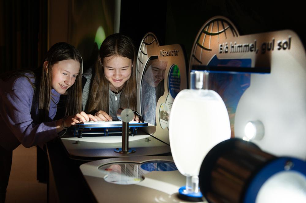 T.v. Tora Olsen Granaas (12) og Emilie Sofie Rascow Gåsland (14) utforsker universet.