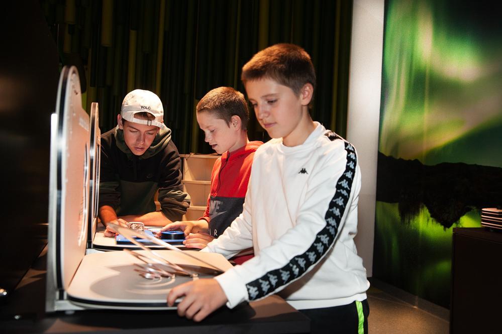 T.v. Fredrik Lie Müller (13), Emrik Falstad (12) og Marcus Jakobsen (13) fra Gruben i Mo i Rana i full konsentrasjon for å lære mer om samspillet mellom himmel, kontinentalplater, måne og mye mye mer.
