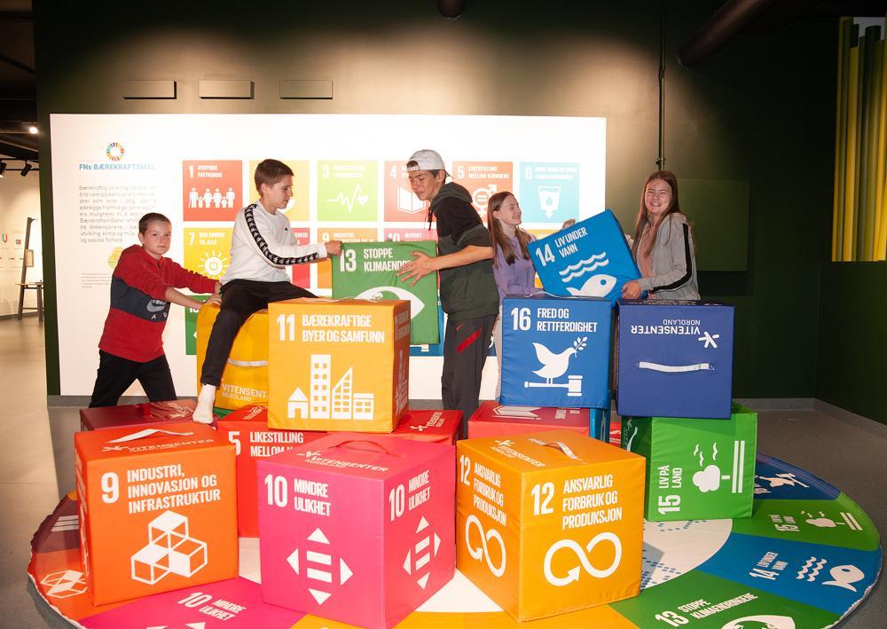 Bærekraftsklossene er populære. På Vitensenteret er det stort fokus på bærekraft, miljø og klima. Prøv blant annet Klimaspillet og besøk Miljøbutikken.  F.v.: Emrik Falstad (12), Marcus Jakobsen (13), Fredrik Lie Müller (13), Tora Olsen Granaas (12) og Emilie Sofie Rascow Gåsland (14).