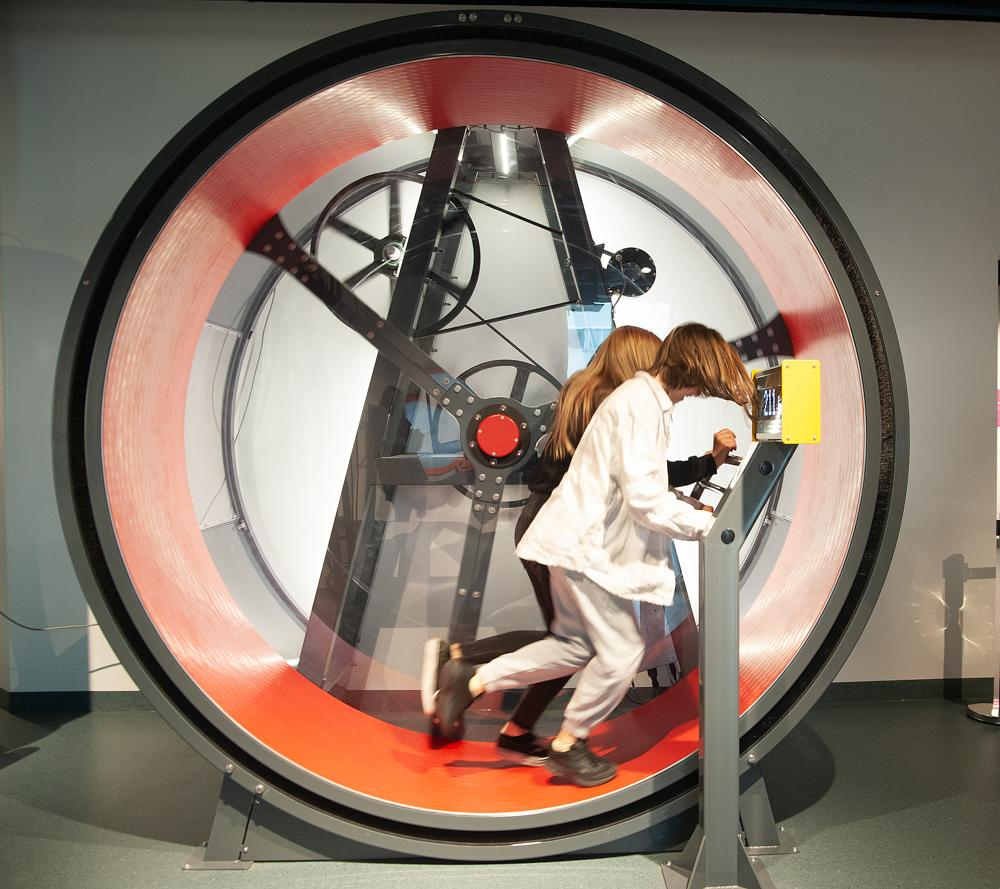 Her bidrar Oliva Vasset Valrygg (12) og Victoria Bjørnmyr (12) med full produksjon av energi i energihjulet. Her ser man hvor mange watt man produserer og hvor mye lys som lyser ved hjelp av løping.