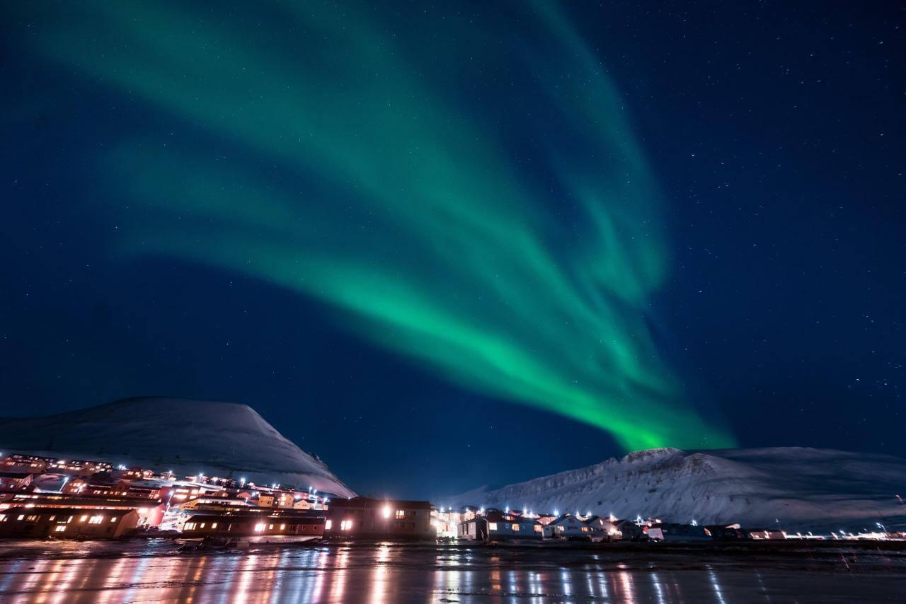 I mørketiden på Svalbard er det mørkt hele døgnet. De eneste lyskildene er da stjernene, månen og nordlyset. Foto: Adobe Stock