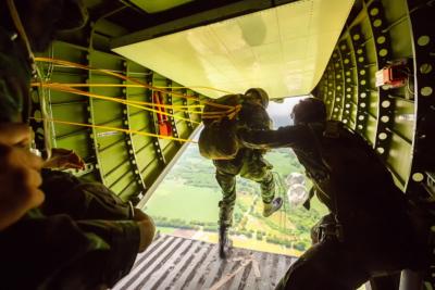 Rangersparachutedfrommilitaryairplanes Soldiersparachutedfromtheplaneisolatedairbornesoldierpracticeparachuting Paratroopersjumpingfromanairplane