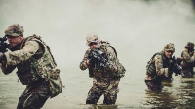 Specialforcessoldierswithweapontakepartinmilitarymaneuver Wararmytechnologyandpeopleconcept